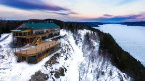 jmb-voyages-agence-de-voyage-chalet-en-bois-rond-hiver-neige
